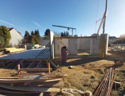 18.11.2020 Der Keller ist fertiggestellt. Die ersten Wände des Erdgeschosses werden gemauert.