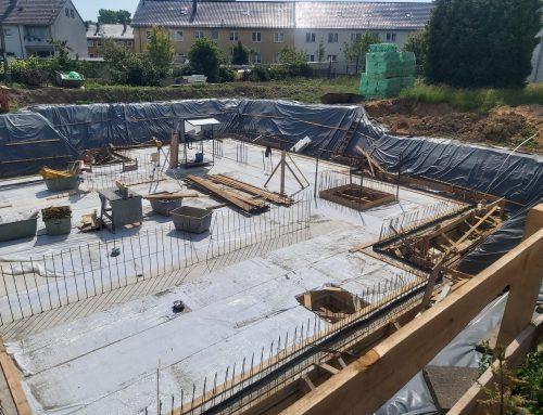 16.06.2021 Die Bodenplatte wird betoniert.